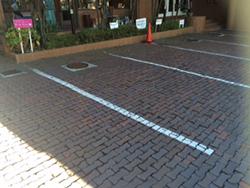 サロン目の前にある駐車場の一番左側になります。